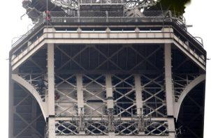 Se desconoce de inmediato cómo es que la persona logró evadir el estricto sistema de seguridad de la Torre Eiffel. FOTO/EFE