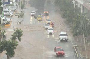 Vía España se inundó ante fuerte lluvia.