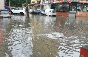 Gran parte de la capital queda inundada; Sinaproc emite aviso de tormentas. Fotos: Redes sociales.