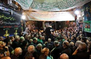 Cientos de miles de personas acuden a la ciudad santa, unos 80 kilómetros al sur de Bagdad, durante la festividad, una de las principales de la secta chií del islam. FOTO/AP