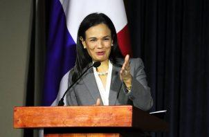 La vicepresidenta de la República y ministra de Relaciones Exteriores, Isabel de Saint Malo, reveló su decisión en un comunicado.