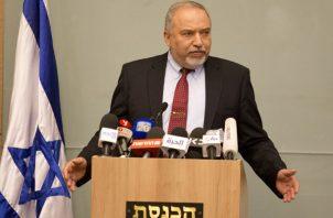 Lieberman argumentó su decisión en dos desacuerdos fundamentales: el primero es la decisión la semana pasada de Netanyahu de permitir la entrada en Gaza de $15 millones para pagar salarios de funcionarios de Hamás y, el segundo, la aceptación este martes de la tregua ofrecida por las milicias tras 48 horas de enfrentamientos. FOTO/AP