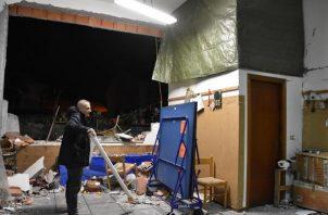Un hombre inspecciona los daños en del interior de un edificio tras un terremoto en la localidad siciliana de Fleri en la provincia de Catania (Italia). FOTO/EFE