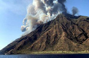 """La explosión se produjo a media tarde y la expulsión de roca y de ceniza provocó algunos incendios en las faldas del volcán y su actividad sigue """"en curso""""."""