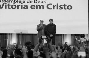 El ultraderechista Jair Bolsonaro, presidente electo de Brasil, con el pastor evangélico Silas Malafaia, en un culto evangélico en Río de Janeiro, dos días después de las elecciones, el martes 30 de octubre. Foto: EFE
