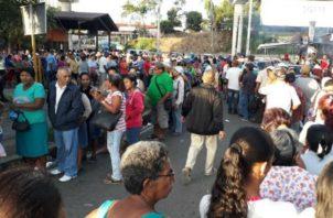 Quienes hicieron las filas no estaban felices con la organización. /Foto Víctor Arosemena.