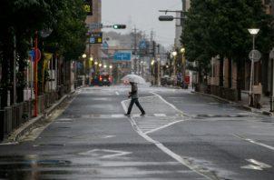 Un hombre camina con un paraguas en Tokio donde hay alerta por el tifón. Foto: EFE.