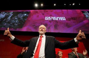 Jeremy Corbyn, líder del opositor Partido Laborista de Gran Bretaña da el visto bueno después de dirigirse a los miembros del partido durante la Conferencia del Partido Laborista. FOTO/AP