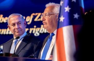 El primer ministro israelí, Benjamin Netanyahu (i), y el embajador estadounidense en Israel, Mike Friedman (d). Foto: EFE.