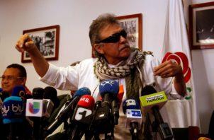 """Seuxis Paucias Hernández, alias """"Jesús Santrich"""", habla a periodistas luego de ser liberado por la Fiscalía colombiana en Bogotá. Foto: EFE.."""