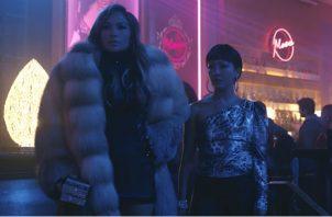 """Jennifer Lopez (izq.) y Constance Wu en """"Estafadoras"""". La trama data de hace 10 años, pero sus temas hacen eco hoy. Foto/ STXfilms."""