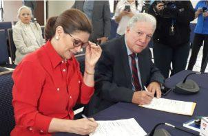 Ana Matilde Gómez junto a Jorge Arango.