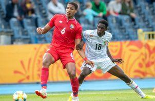 Ernesto Walker de Panamá disputa el balón ante  Boubacar Traore de Malí. Foto:AP