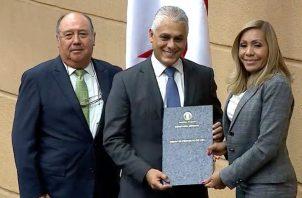 Jorge González recibe por parte de la presidenta de la Asamblea Nacional, Yanibel Ábrego, la nota en la que se confirma su ratificación como director de la Autoridad del Canal de Panamá.
