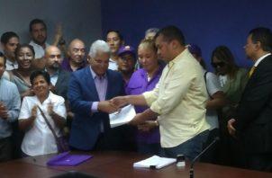 El político entregó 644 firmas para la próxima convención del partido. Foto de Internet