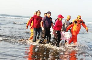 Equipos de búsqueda de la FTC  desde muy temprano se desplazaron al lugar para recorrer la playa a pie y en lancha con el apoyo de moradores del sector, amigos y familiares del joven  y una lancha del Senan. Foto/Mayra Madrid