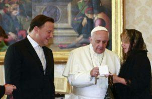El presidente Juan Carlos Varela ha sido criticado en reiteradas ocasiones por su apoyo a las iglesias católicas con fondo del Estado.