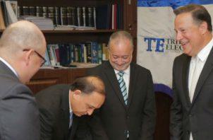El presidente del Tribunal Electoral, Heriberto Araúz, junto a sus colegas, recibe la nota del mandatario. Foto TE