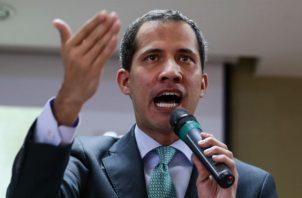 """Rodríguez acusó a Guaidó de pertenecer """"a una organización criminal"""", a la que acusó de buscar """"satisfacer intereses de empresas trasnacionales"""", e informó sobre la petición de Maduro a la Fiscalía para que investigara al opositor."""