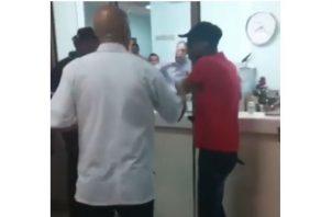 Jubilado rompe vidrio de una farmacia de la CSS por falta de medicamentos. Foto: Redes sociales.