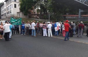 Jubilados esperarán al presidente Juan Carlos Varela fuera de la Asamblea. Foto: Panamá América.