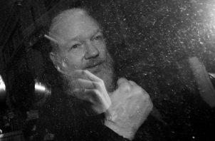 Julian Assange gesticula al llegar al Tribunal de Westminster, Londres, tras su arresto por la policía metropolitana, jueves 11 de abril de 2019. (Victoria Jones/PA via AP).