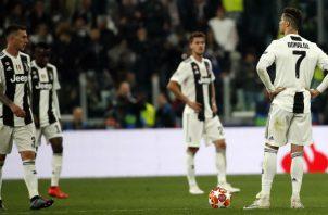 Cristiano Ronaldo y el resto de los jugadores de la Juventus, impactados por el resultado. Foto AP