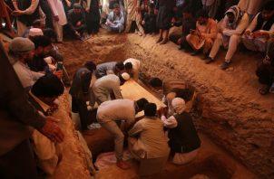 Se llevaron a cabo  varios funerales multitudinarios en Kabul, donde fueron enterradas las víctimas entre los sollozos de los afectados familiares. FOTO/AP