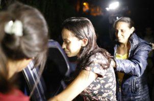 Karen Palacios (centro), sale de la prisión acompañada de familiares. Foto: AP.: