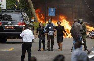 Fuerzas de seguridad evacuan civiles. Foto: AP.