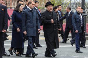 el líder de Corea del Norte, Kim Jong Un, en el centro, rodeado de funcionarios rusos y de Corea del Norte, después de llegar a Vladivostok, Rusia.FOTO/AP