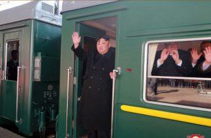 El presidente norcoreano Kim Jong Un, a bordo de un tren blindado que atraviesa China hacia la capital de Vietnam. FOTO/AP
