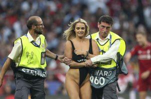 Kinsey Wolanski es sacada por la seguridad del estadio madrileño. Foto AP