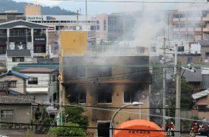 Medio centenar de camiones de bomberos tuvieron que trasladarse al lugar de los hechos para apagar las llamas.