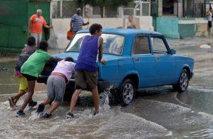 KLos conductores pasa momentos difíciles a la hora de conducir en las calles llenas de agua