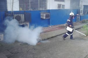 Una fumigación se realiza en la escuela José María Barranco en La Chorrera, provincia de Panamá Oeste.