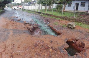 La rotura de una tubería de conducción de agua potable afecta a los residentes en La Chorrera.