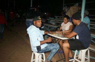 Para pasar la noche, los arraijaneños optaron por jugar domino y barajas, en Panamá Oeste. Foto: Eric Montenegro.