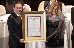 """Laurentino """"Nito"""" Cortizo recibe el acta de credencial como el presidente electo de Panamá. Foto EFE"""