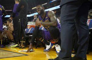 LeBron James abandonó el encuentro en el tercer periodo. Foto:AP