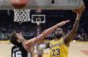 LeBron James (der.) de los Lakers. Foto:AP