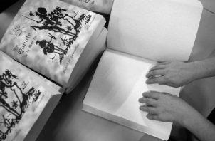 Una persona invidente lee El Quijote en braille. Los libros son una ventana amplia e inclusiva para oxigenar las ideas y renovar el compromiso de compartirlas. Foto EFE.