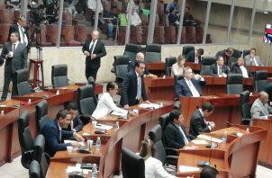 Diputado Luis Ernesto Carles en el Pleno de la Asamblea.