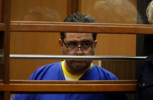 Naasón Joaquín García, de 50 años, y los otros dos acusados comparecieron el lunes en la Corte Superior de Los Ángeles. Enfrentan una denuncia penal de 26 cargos que incluye violación infantil, estupro, abuso sexual, tráfico de personas, pornografía infantil y extorsión. FOTO/AP