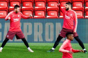 El argentino Leo Messi (izq) y el uruguayo Luis Suárez en los entrenamientos del Barcelona. Foto:EFE