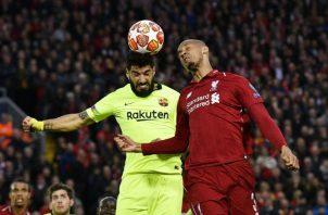 Luis Suárez intenta ganar el balón ante  Fabinho. Foto EFE