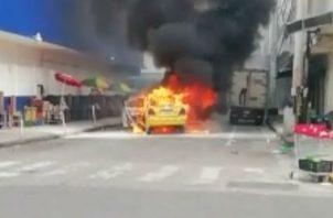 Las llamas consumieron el vehículo. Foto: José Vásquez.