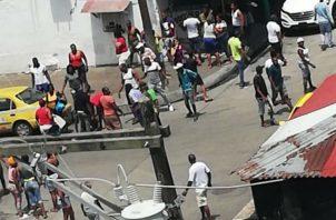 El hombre quedó en el pavimento mal herido, siendo auxiliado por transeúntes en el área. Foto: Diómedes Sánchez.