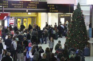 En total, el aeropuerto esperaba realizar 757 vuelos, dando servicio a unos 125,000 pasajeros. FOTO/AP