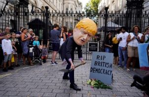 Un grupo de personas protestan contra el Brexit y exigen el respeto de la democracia.. FOTO/AP